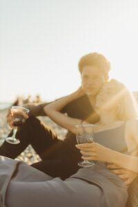 Paar genießt die Abendsonne